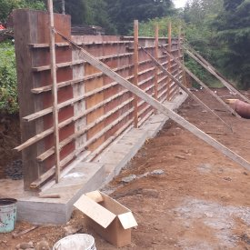Concrete retaining wall setup